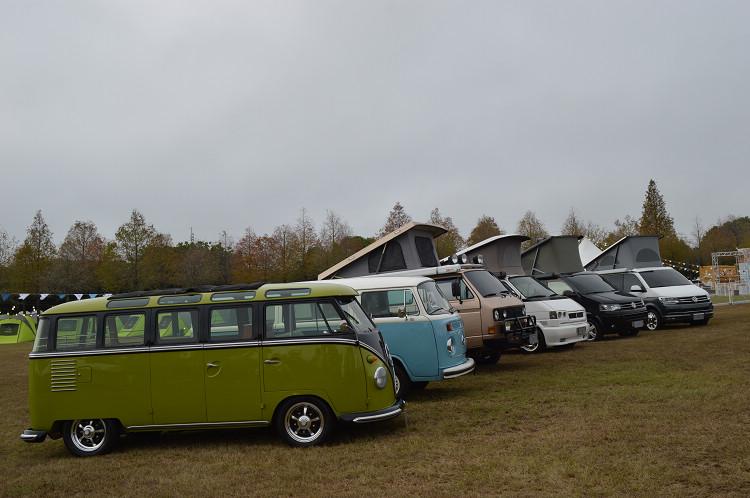 發表會現場展出T系列歷代所有車型,共同迎接全新T6.1世代 的來臨;其中的T3(左3)為知名越野賽車手陳和皇個人所擁有的愛車,福斯商旅也是自此代開始推出California露營車系列。