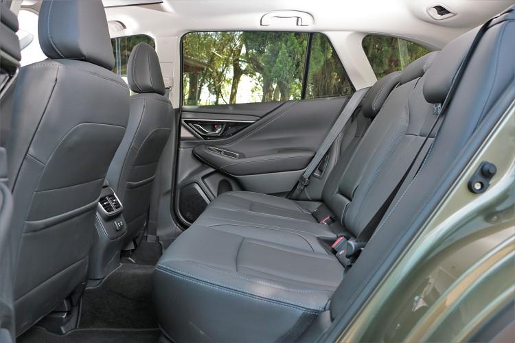 前後座椅之間的距離比起前代增加10.8mm,後座乘座膝部空間增加6.1mm,椅背也有適度的調整角度。