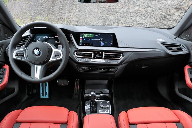 車內與一般M235i在造型、配備上相差不大,Black Storm Edition主要是注入特殊色調來改變風格。