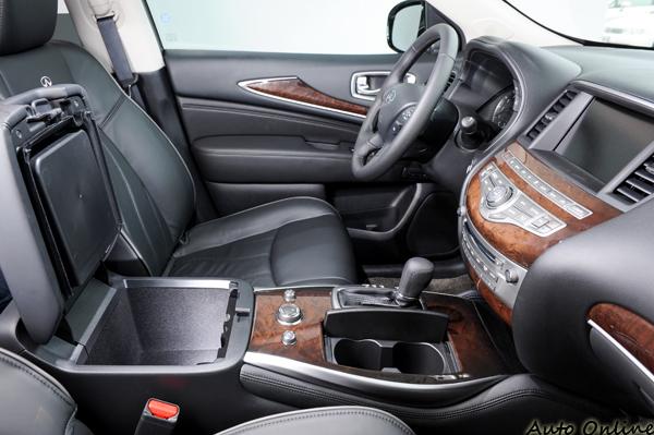 車內不僅追求豪華質感,無處不在的儲物空間更是賣點所在。