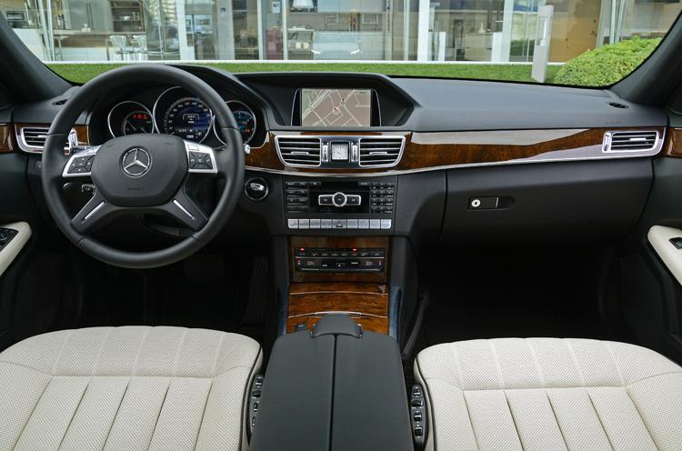 更高質感的內裝材質與新的三環儀表,方向盤上控制按鈕也更新了。