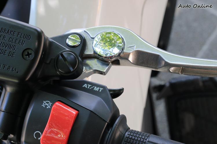 除了手排模式外,車輛還提供平常騎乘的D模式與運動化的S模式。