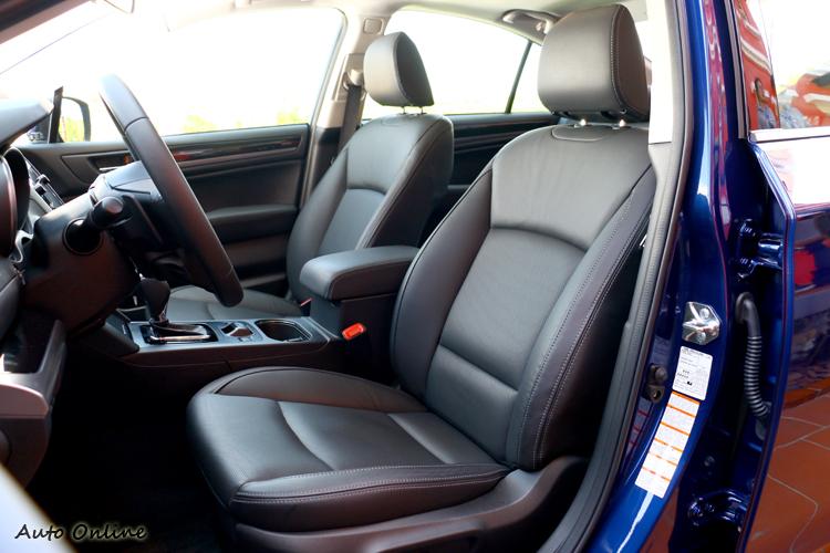 前座椅包覆性尚可,泡綿軟硬偏向舒適。