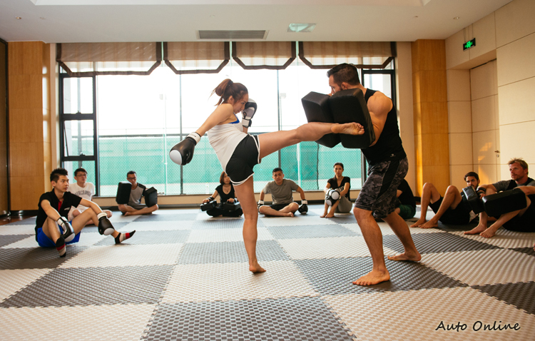 賽車手需要強悍的體能與耐力,平時就靠這味~~這激烈的泰拳運動來鍛鍊。