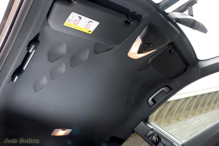車頂同樣有菱格紋的裝飾,但沒有天窗可以選配。