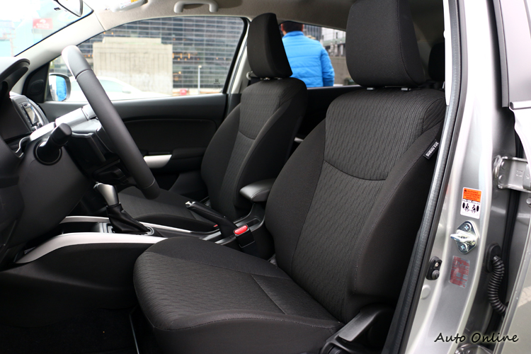 座椅材質不織布,泡棉軟硬適中提升乘坐品質。