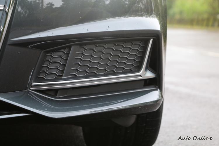 保桿下方兩側特別設計了進氣通道減低風阻,也有為煞車降溫的作用。
