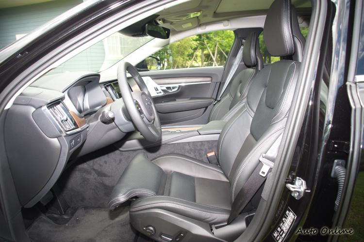 高規的Pro車型配Nappa皮椅且具側邊支撐與腿部延伸電動調整。