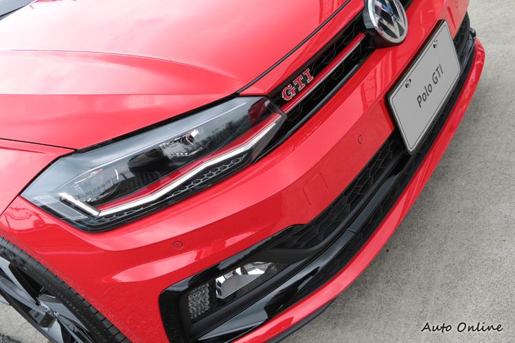 LED頭燈內與水箱罩都加入紅色飾條,霧燈座外緣採用R車系的亮黑飾框風格設計。