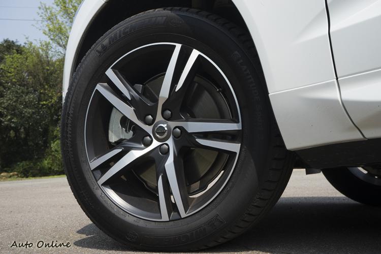R-Design專屬五輻雙肋式樣鋁圈。