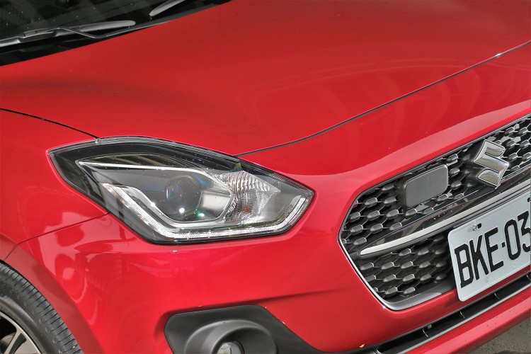 全面導入Suzuki Safety Support,搭載ACC主動式車距巡航系統,車頭標誌旁就是雷達裝置。