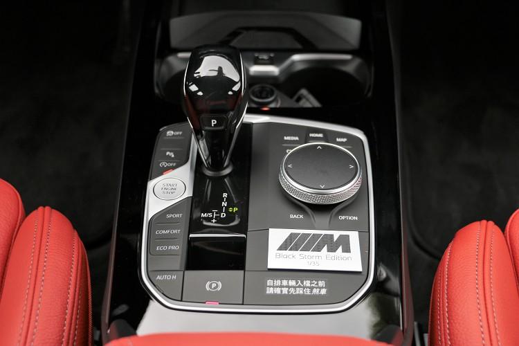 中央鞍座是整車精華,行車模式、影音系統都從這操控。