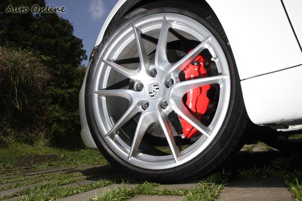 Porsche 911 Carrera S(Type 991)加寬前輪輪距,並裝上比GT3還要寬的前輪尺寸,991搭載245/35ZR20前輪規格,GT3前輪規格為235/35ZR19。