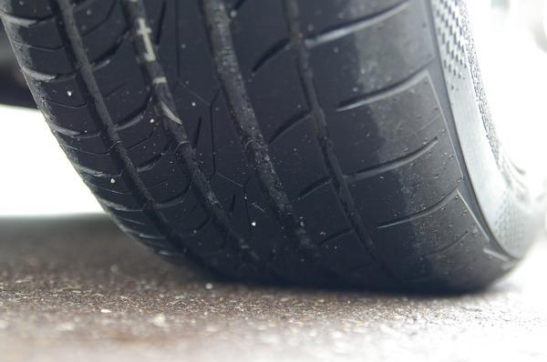 馬牌輪胎的特色之一就是溝槽又深又寬,一般而言這對於排水效果會相當有幫助。