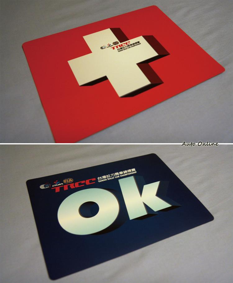 俗稱OK卡在比賽期間扮演重要角色,如果發生事故不影響比賽也沒有人員受傷就舉OK。如果有人員受傷或影響到比賽進行,就要舉紅色十字,這時候後面的比賽車看到就必須停下來協助幫忙。