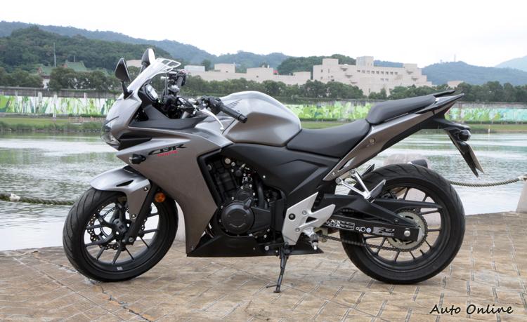 乍看之下,CBR500R具有十足的跑車外觀,但卻採用了雙缸、8500rpm紅線轉速引擎,目的是讓騎士容易發揮,磨練騎車技巧。