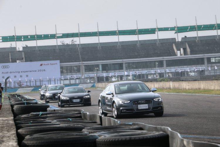 跟著教練車依序前進,教練會不斷提醒每個彎道該注意的操控要領,車速也會依照學員程度不同進行加減。