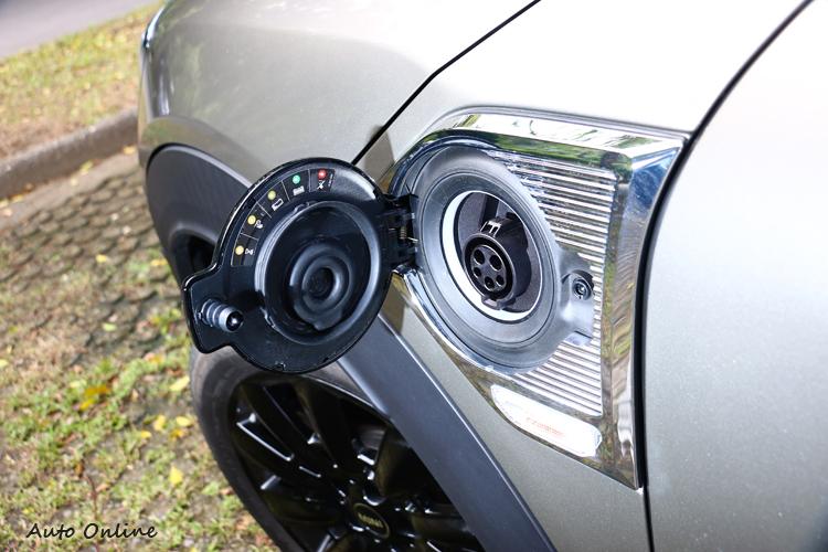 充電孔位於駕駛座側的MINI ELECTRIC葉子板飾板內。