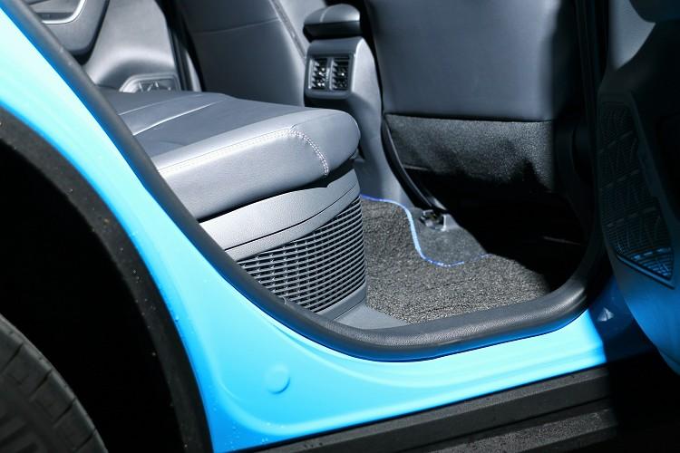 後座椅墊左右距離更寬敞增加40mm,與前座腿部空間拉長49mm,椅背有兩段式的調整。Hybrid車型後座座椅下方有電池組,但不影響乘坐舒適性。