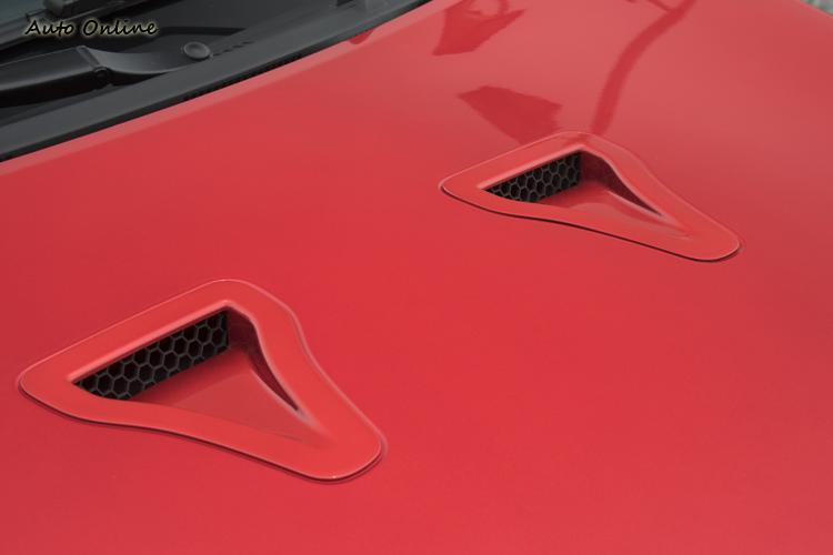 引擎蓋上導風口幫助散熱又可提升視覺。