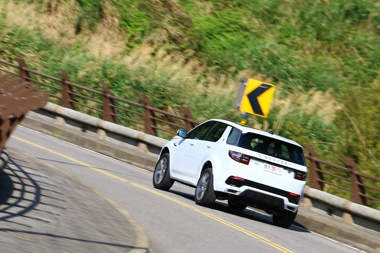 試駕的R-Dynamic車型,有專屬的空力套件,進入角、穿越角及離去角分別為22.8度、20.6度、28.2度。