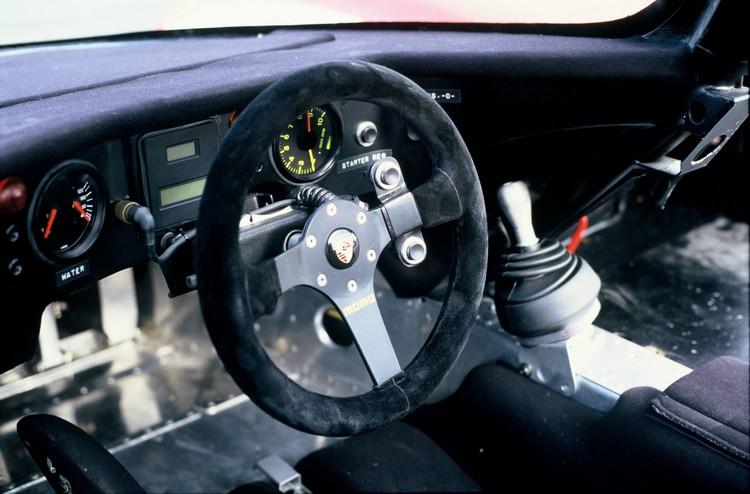1986年Porsche 962方向盤上沒有太多控制器,著重的是更好的舒適性和握感。