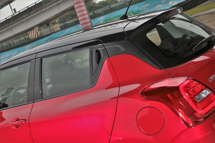 刻意塗黑的A、B、C柱、隱藏式後門把手,營造出有點類似雙門跑車的造型。