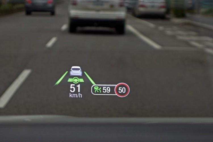 HUD面板可收折,顯示的明暗度、大小和位置都能調整,提供駕駛輔助、速限、和車輛資訊,包括升檔建議的指示,可惜並未納入導航資訊。