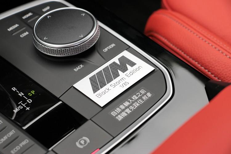 以霧黑M Logo與Black Storm Edition 1/35標誌呈現的Black Storm Edition專屬獨有限量銘牌。