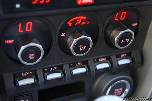 中控台的操作鈕也走賽車化的風格,不過它可以有左右獨立恆溫空調的喔。