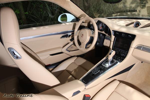 排檔位置向上提高可以更靠近駕駛者,這樣的設計有點類似蛙王Carrera GT,內裝更有Panamera豪華氛圍。