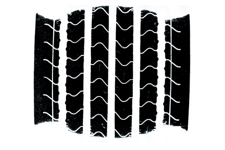 在天雨路滑的路況上行駛,其輪胎胎面花紋的排水性就顯得更加重要。