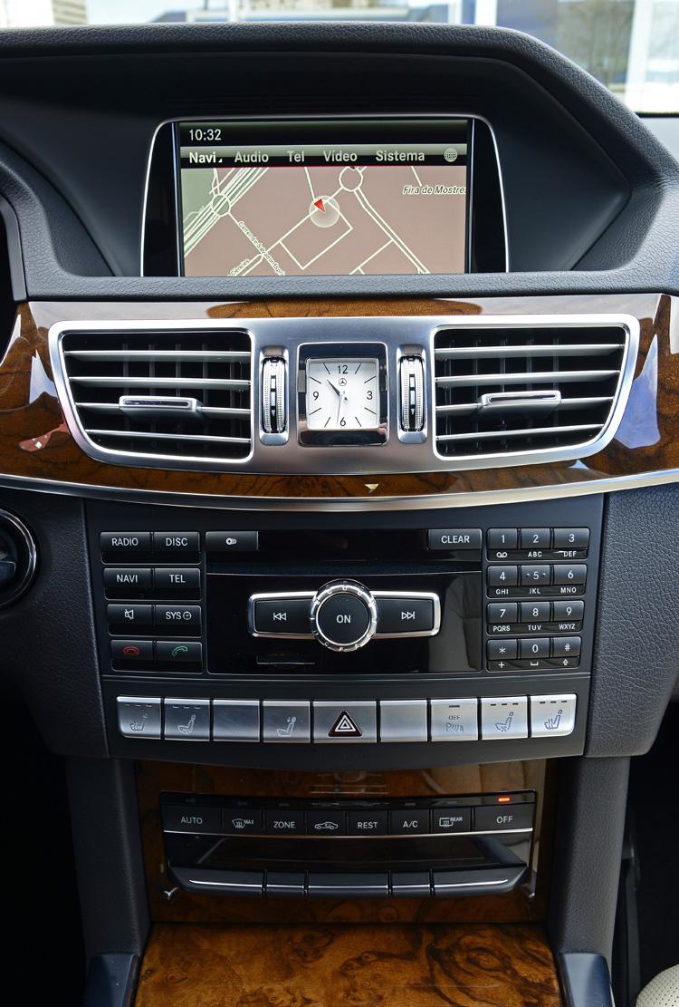 中控台的按鈕分佈也有些許調整,閃爍燈號按鈕移到下方中央,以一個方型的指針時鐘取代,增加不少質感。