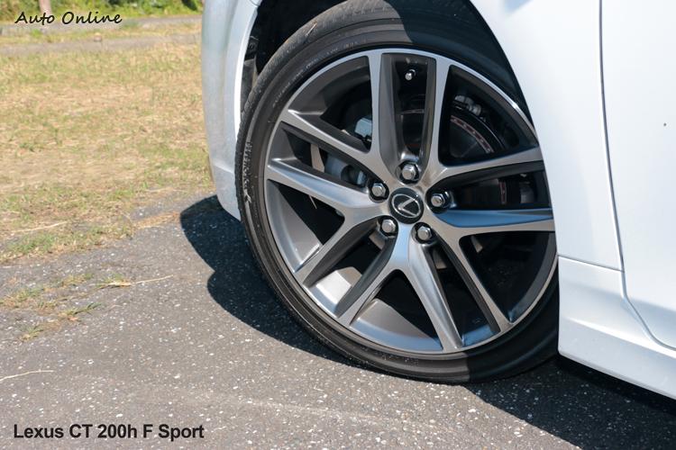 輪胎尺寸比起對手略小一個規格為215/45R17。