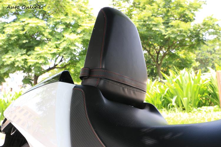 後座大小與仿賽車差不多,不過可以升起來當成騎士的背靠。