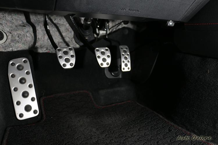 有車迷問最左邊的踏板有何用處?其實就是放腳用的,開手排車左腳沒事不要放在離合器踏板上。