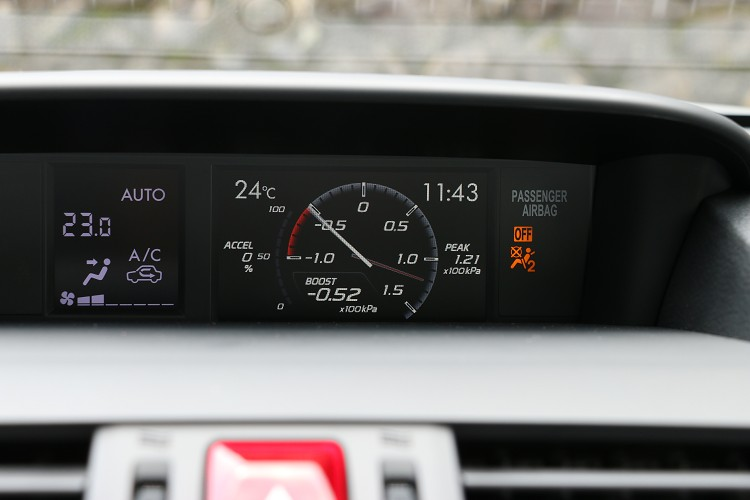 中控台上方螢幕原廠就有渦輪增壓表,不需要額外加裝。