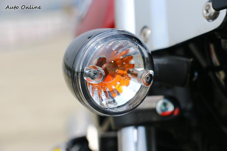 方向燈也設計得挺精緻,不過我擔心那兩顆螺絲容易生鏽。