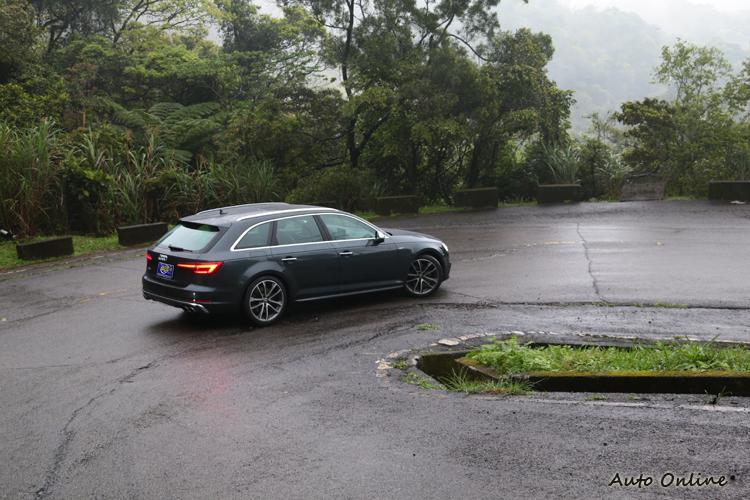 即使是雨天的抓地力也好到離譜的地步,讓人敢以更快速度過彎。