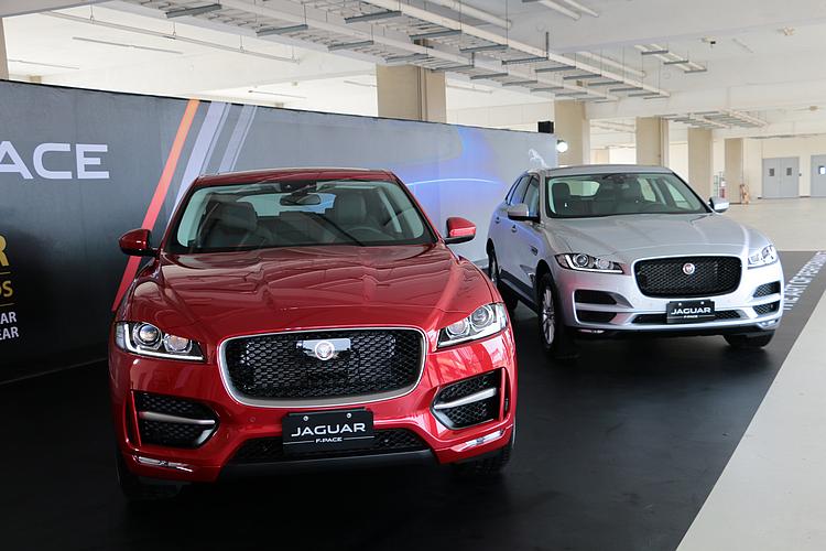 新引進之2.0升動力車款,包括後輪驅動的汽油車款F-PACE 25t(左),以及全時傳動的柴油車款F-PACE 20d(右)。