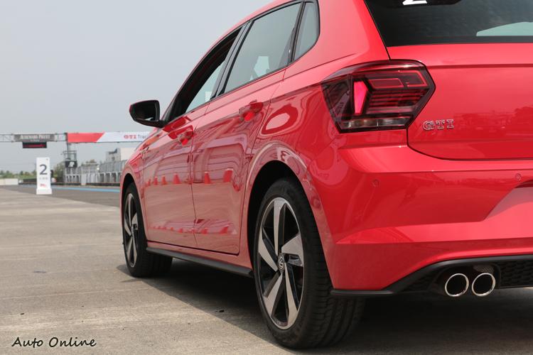 單邊雙出排氣尾管、GTI紅字徽飾與蜂巢擴散版是車尾的辨識重點。