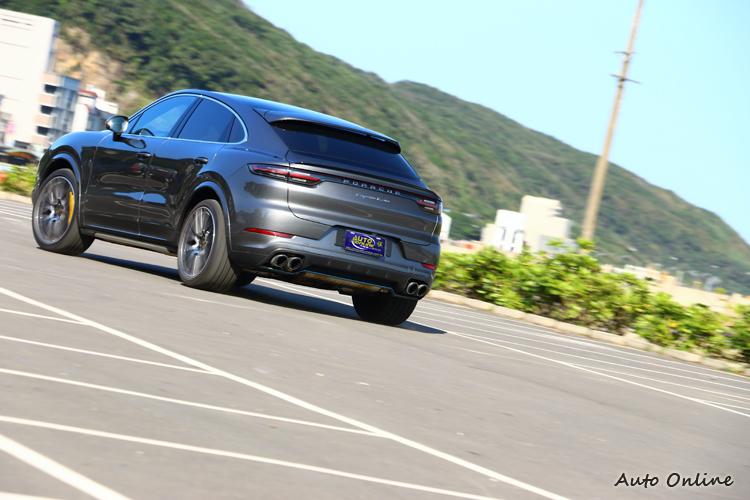 選配了後輪轉向系統,助於後輪可以更快的跟上車頭,Cayenne Turbo Coupe就像是靈活的胖子。