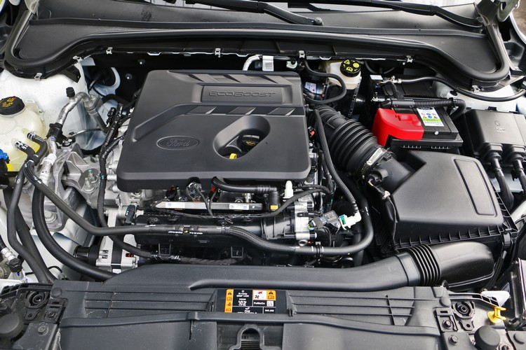 1.5升EcoBoost 182渦輪增壓引擎搭配8速手自排,享有性能和節能雙重優勢。
