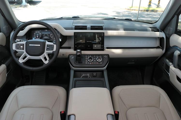 內裝中控台的造型與長軸相同,霸氣、實用中又帶有質感。