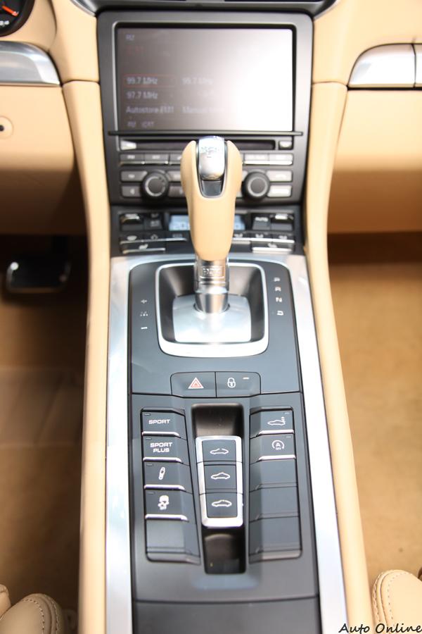 更靠近駕駛的排檔桿,在使用上符合人體工學,排檔桿後方有車輛狀態的切換按鈕。