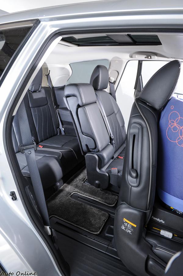 JX35另一項特色,就是不須拆卸兒童座椅就能進出第三排。