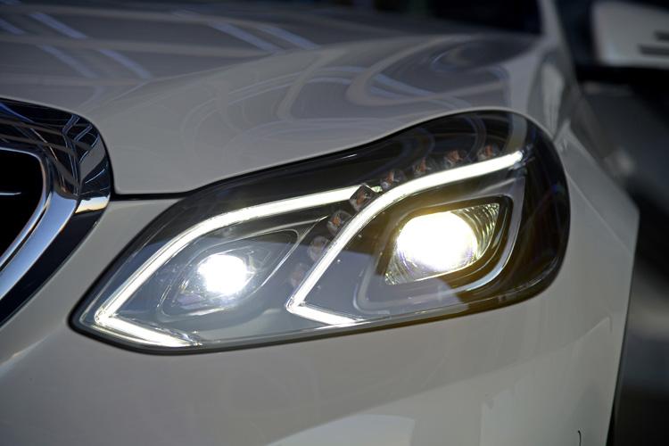 外側近光燈條上為八顆黃色LED方向燈,可選配全LED燈組與智慧型遠燈控制系統,可有效控制光線投射區域,避免影響對向或前方車輛的視線。