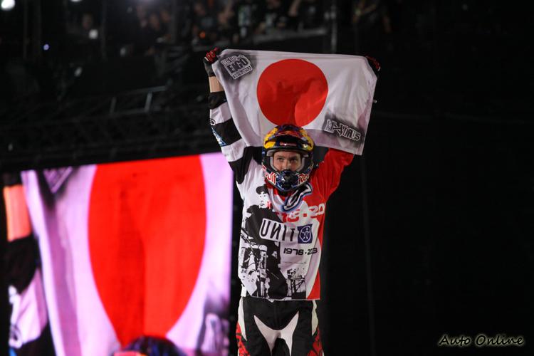 來到日本,國外選手不免狗腿一下,但這其實是紀念之前在練習時過世的日本選手Eigo Sato。
