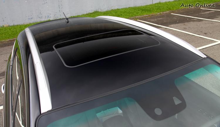 車頂行李架由懸浮式改為伏貼式造型。