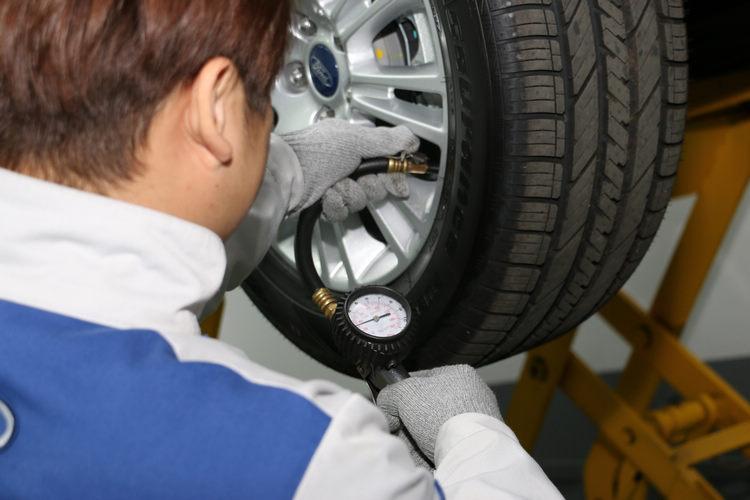 輪胎造成的交通事故比例居高不下,因此今年起已將溝紋深度納入車輛檢驗項目,同時也最好養成經常檢查胎壓的習慣。